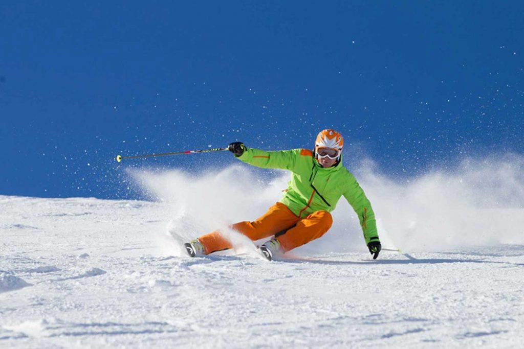 Skitechnik-meets-Tiefschnee---Skifahrer-in-der-Pistenabfahrt