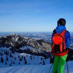 Skitechnik-meets-Tiefschnee---Skifahrer-mit-Ortovox-Avabag-Rucksack