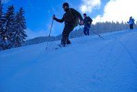 Schneeschuhgehen---Gruppe-im-Abstieg