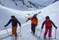 Skitechnik-meets-Tiefschnee-Nach-der-Abfahrt-ist-gut-Lachen