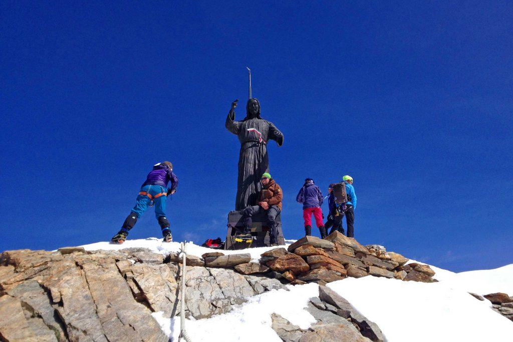 Spaghetti-Runde---Balmenhorn-Gipfel-mit-Christusstatue