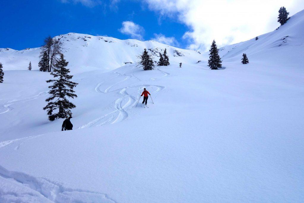 Skitour-in-den-Kitzbüheler-Alpen---Abfahrt-bei-Pulverschnee