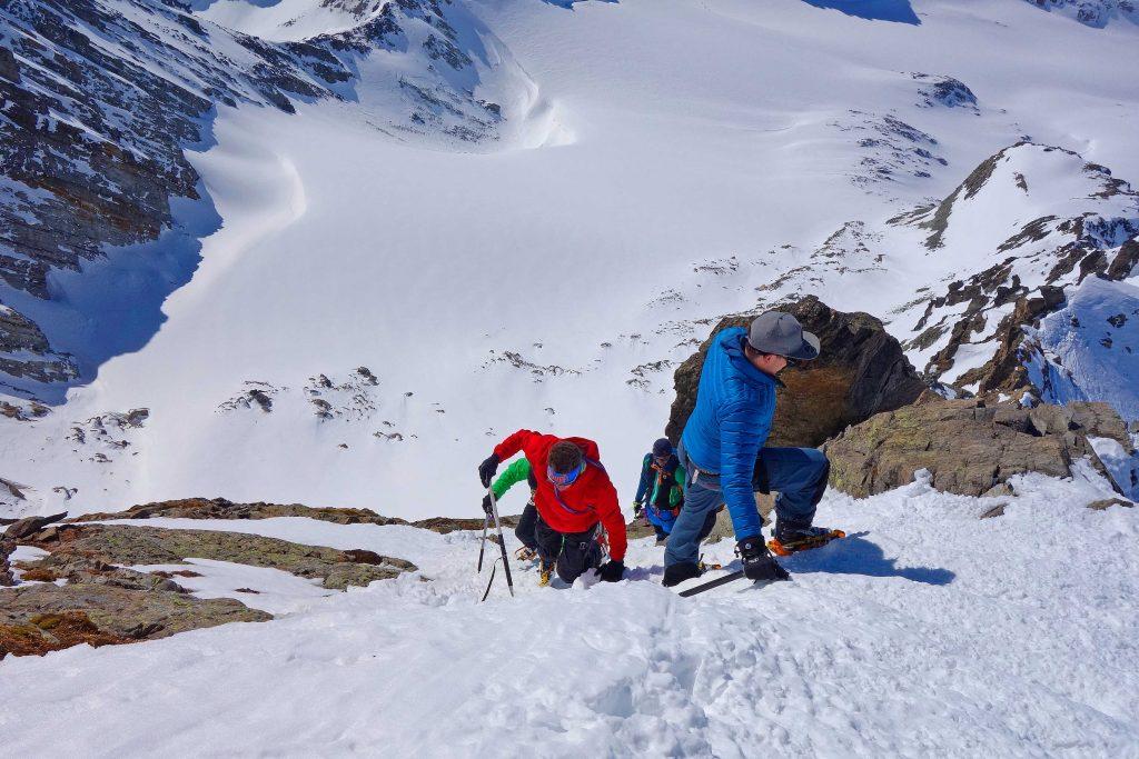 Silvretta-Durchquerung---Skitour-am-Gipfelgrat-der-Dreiländerspitze