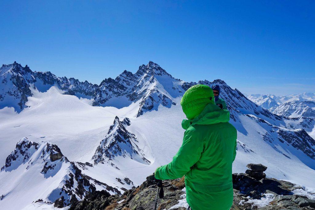 Silvretta-Durchquerung---Skitour-am-Ochsenkopf-mit-Blickzur-Dreiländerspitze
