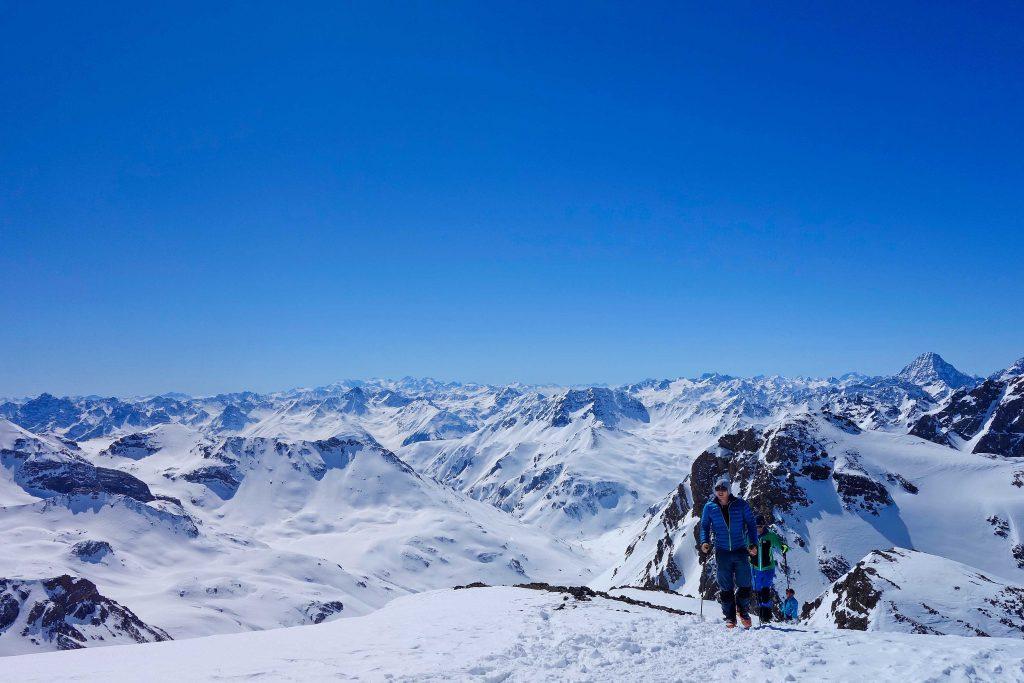 Silvretta-Durchquerung---Skitour-im-Anstieg-zur-Breiten-Krone