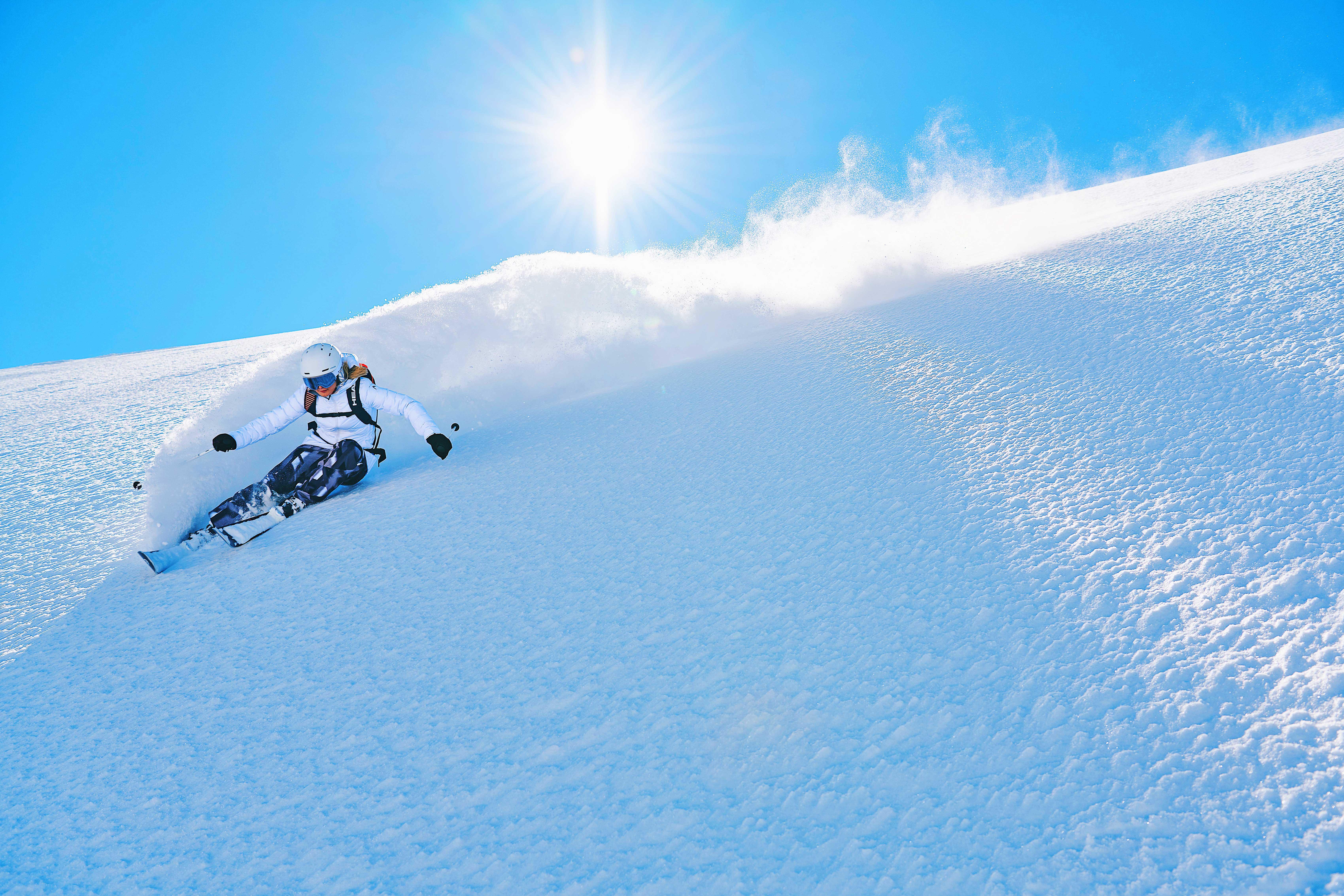Snow-Emotion-Skischule---Skifahrerin-Tiefschneeabfahrt