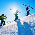 Snow-Emotion-Skischule---Skifahrer-beim-Aufstieg