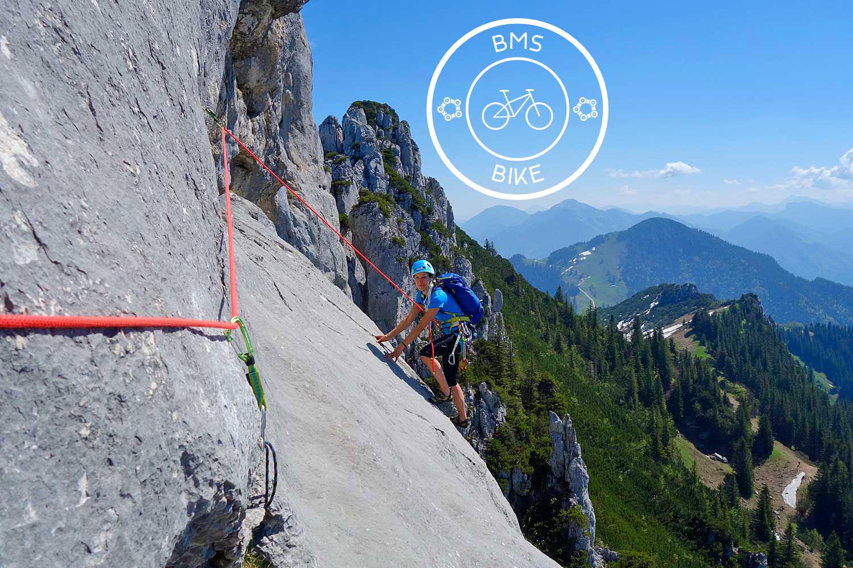 Klettern-an-der-Kampenwand---Platte-mit-Blick-zum-Watzmanngebiet