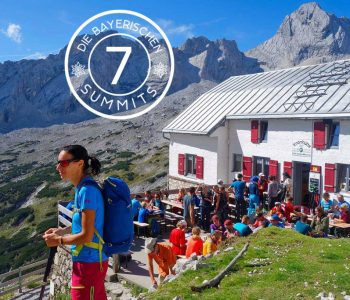 Wanderung-durchs-Reintal-auf-die-Zugspitze---Bergsteiger-an-der-Knorrhütte