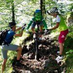 Mountainbike-Fahrtechnikkurs--Angewandte-Fahrtechnik-mit-Hilfestellung