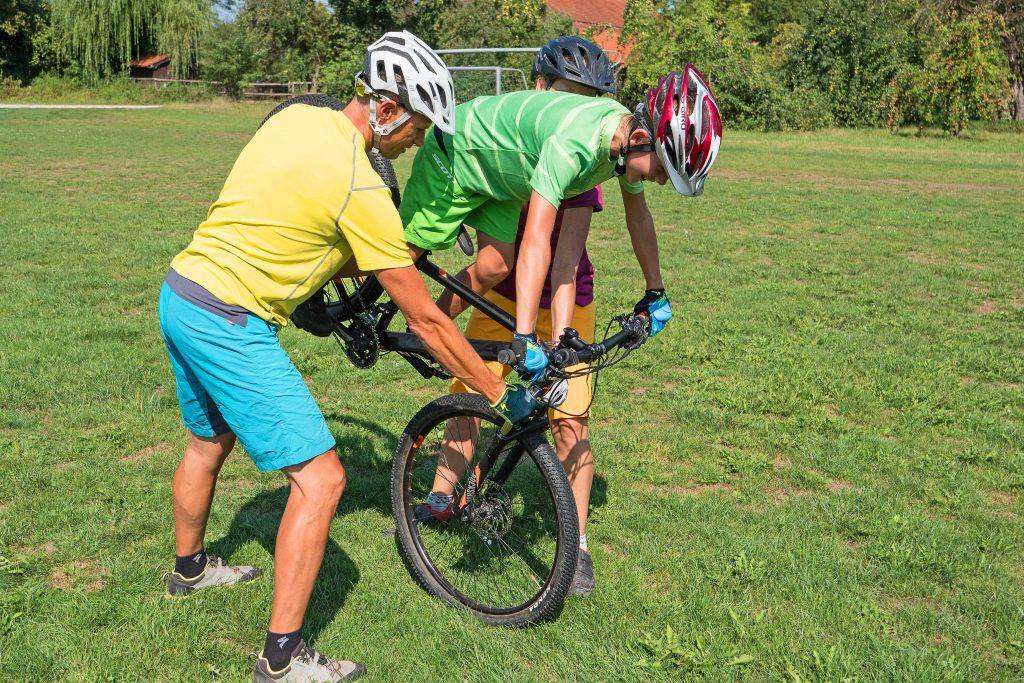 Mountainbike-Fahrtechnikkurs--Hinterradanheben-mit-Hilfestellung