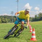 Mountainbike-Fahrtechnikkurs--Kurvenslalom-linkskurve