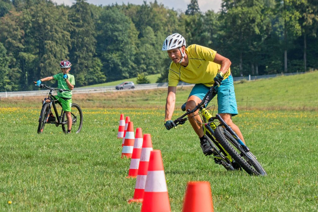 Mountainbike-Fahrtechnikkurs--Kurvenslalom-rechtskurve