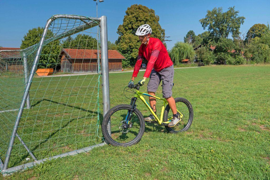 Mountainbike-Fahrtechnikkurs--Stehversuch-mit-Gerätehilfe