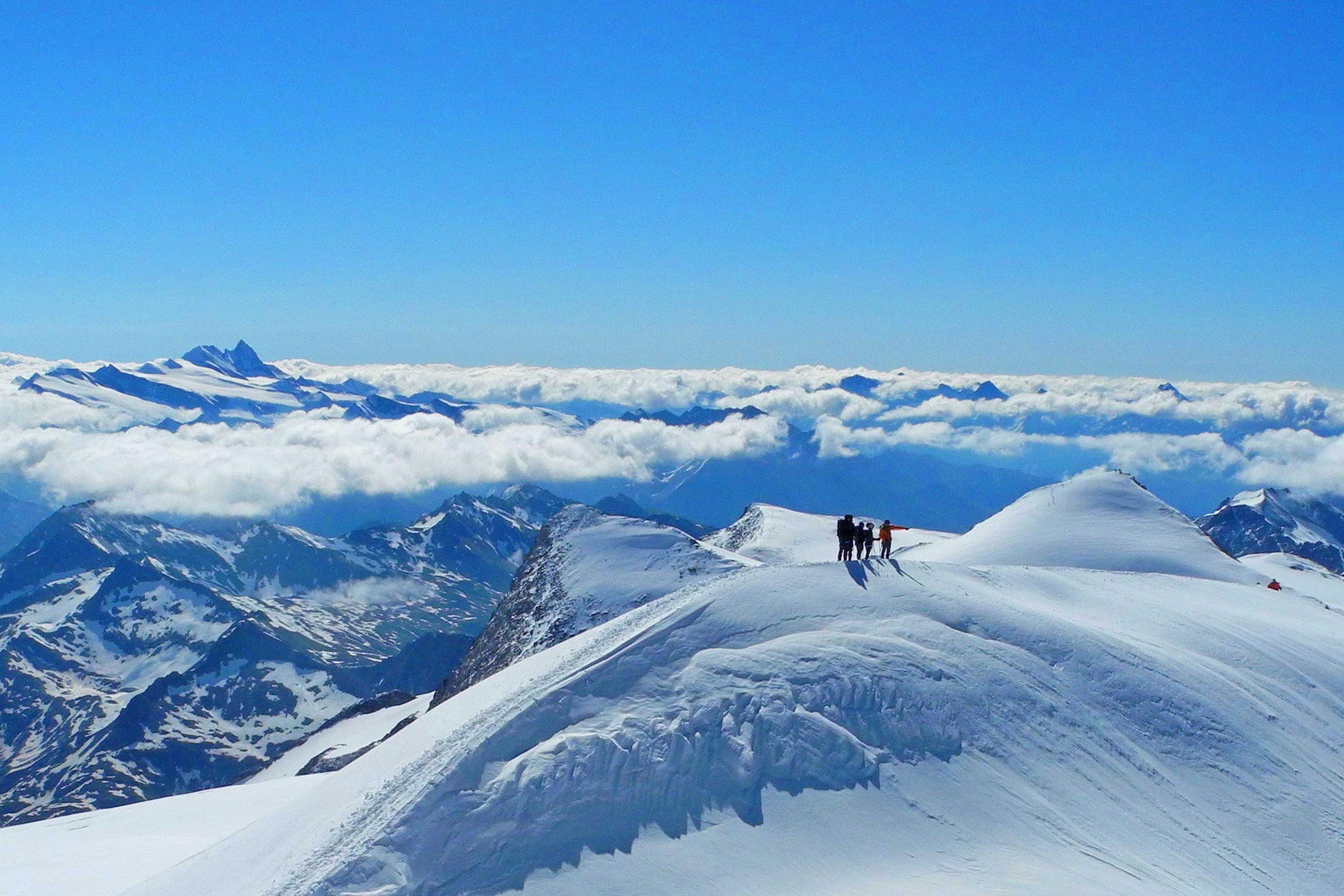 Großvenediger-mit-Bergführer----Gruppe-am-Gipfelgrat